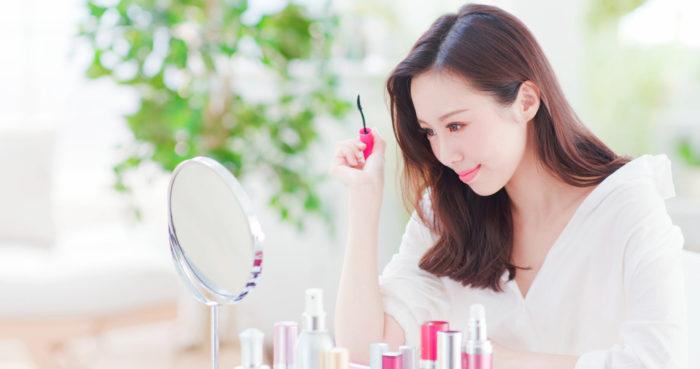 Beautiful,Asian,Woman,Using,Mascara,Brush,And,Look,Mirror,At